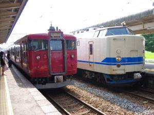415系800番台と419系D15編成の並び